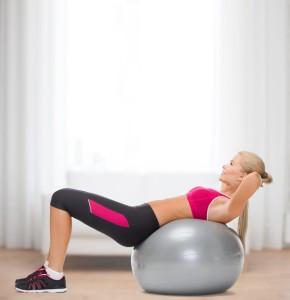 Diese junge Frau hat ihren flachen Bauch ihrem Training auf dem Gymnastikball zu verdanken.