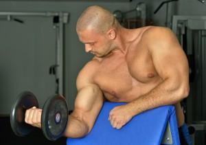 Kurzhanteln verhindern die Vernachlässigung einzelner Muskelpartien.