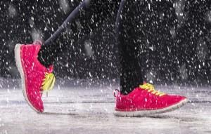 Winterlaufschuhe müssen ein robustes Profil haben, atmungsaktiv sein und eine besonders hohe Dichtung haben.