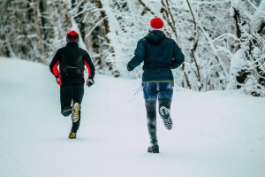 Zwei Läufer im Winter